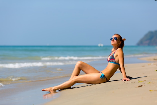 Sexy frau beim sonnenbaden in thailand