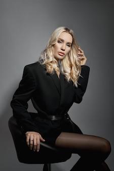 Sexy frau der schönheitsmode in jacke und strumpfhose, blondes mädchen mit langen beinen. perfekte figur eines modells, porträt der frau