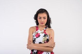 Sexy Frau des Porträts auf weißem Hintergrund
