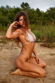 Sexy frau im badeanzug am flussufer