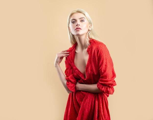 Sexy frau im roten polkadot-kleid. trendige mode.