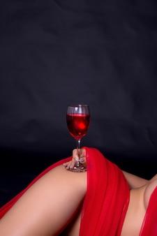 Sexy frau im roten tuch und die rebe gläser