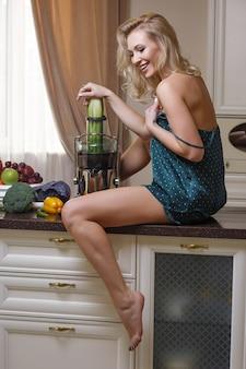 Sexy frau in dessous sitzt auf dem küchentisch