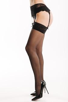 Sexy frau in eleganten schwarzen dessous und strümpfen