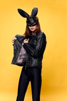 Sexy frau in kaninchenmaske und schwarzem anzug, versuchung