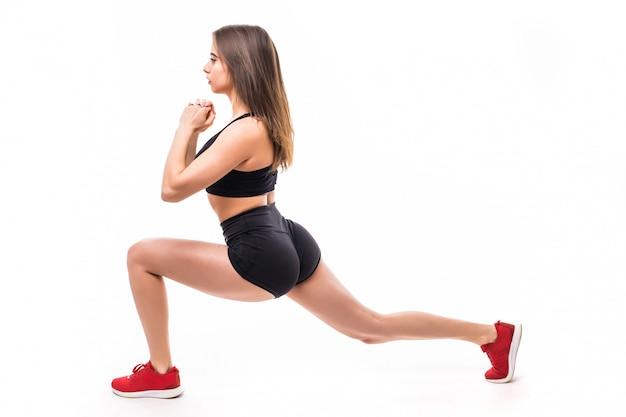 Sexy frau in schwarzer sportbekleidung macht übungen für starken körper