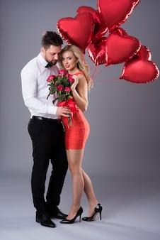 Sexy frau und ihr hübscher partner