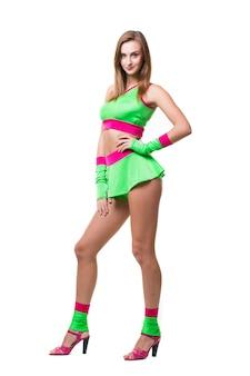 Sexy go-go-tänzerin des nachtclubs mit dem langen haar, das lokalisiert auf einem weißen hintergrund aufwirft