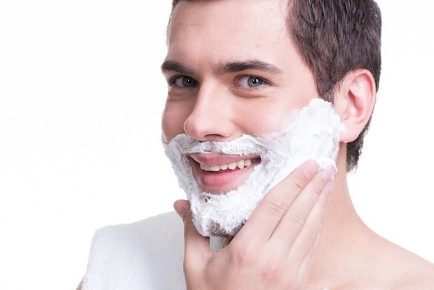 Sexy hübscher junger mann mit einem rasierschaum