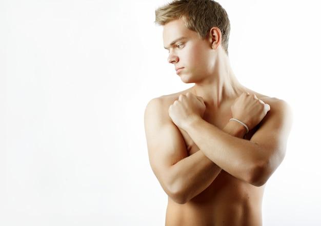 Sexy hübsches männliches modell mit perfektem körper