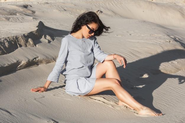 Sexy junge frau in der wüste. hübsches mädchen im sand