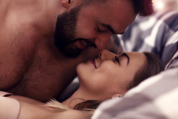 Sexy junge liebhaber, die im bett intim sind