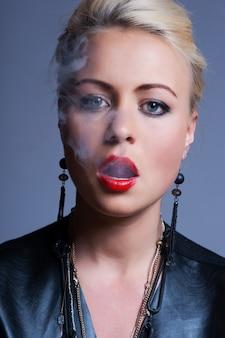 Sexy junger erwachsener, der eine zigarette raucht