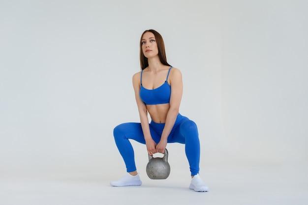 Sexy junges mädchen führt sportübungen durch
