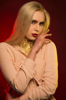Sexy junges modell mit hellem make-up. rotes und gelbes studiolicht