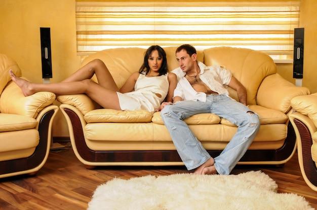 Sexy junges paar auf der couch