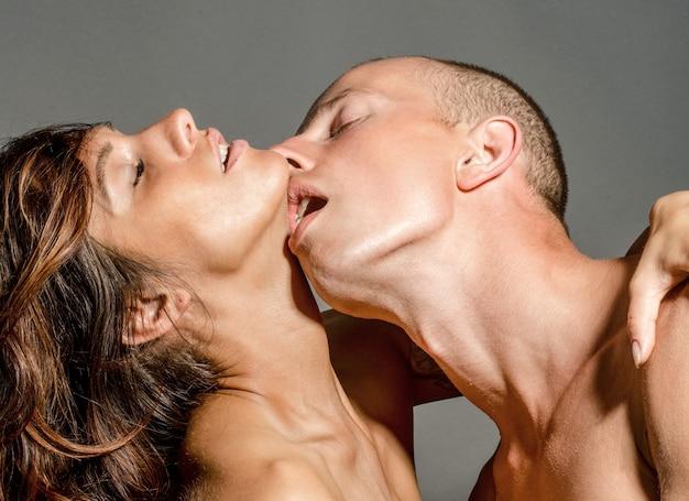 Sexy junges paar küssen