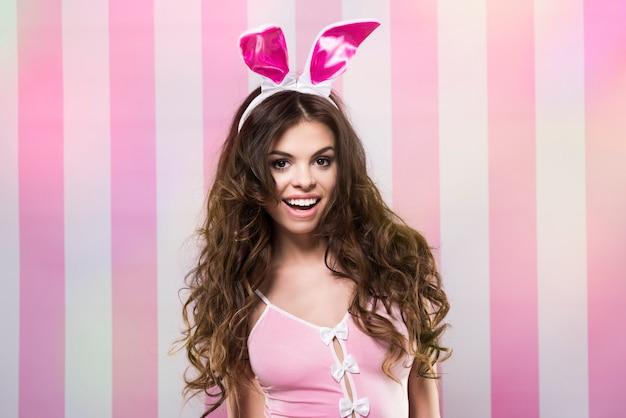Sexy kaninchen auf rosa und weißem hintergrund