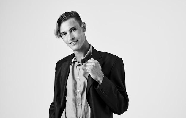 Sexy kerl im hemd auf lokalisiertem hintergrund beschnittene schwarzweiss-fotoansicht. hochwertiges foto
