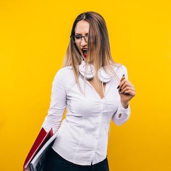 Sexy lehrerin an einer gelben wand