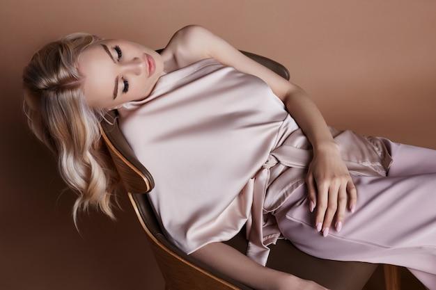 Sexy luxuriöse frau in einem kleid. herbstkollektion