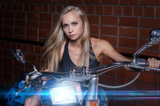 Sexy mädchen auf einem motorrad