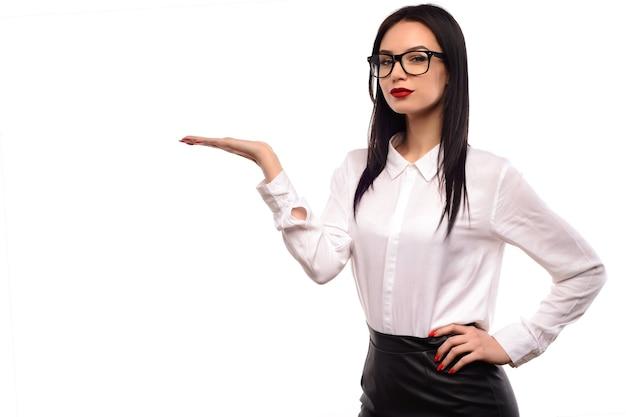 Sexy mädchen der schönheitsmode, die brille trägt