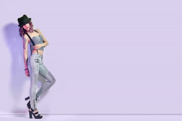 Sexy mädchen mit lila haaren und einer tätowierung auf körper