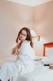Sexy mädchen wachen morgens im hotel auf