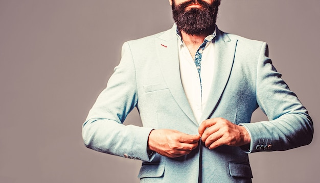 Sexy mann, brutaler macho, hipster. männchen im smoking. eleganter gutaussehender mann im anzug. hübscher bärtiger geschäftsmann in klassischen anzügen.