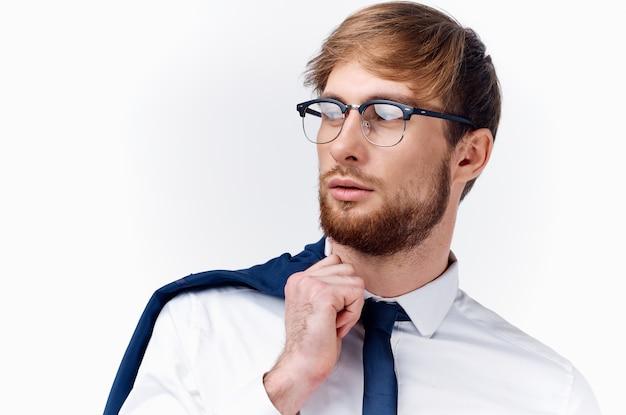 Sexy mann mit brille und jacke auf schulter weißes hemd binden geschäftsfinanzierung