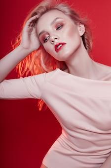 Sexy modeblondine mit hellem rotem make-up