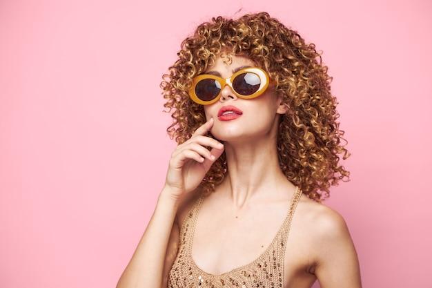Sexy model rote lippen lockiges haar bezaubern modekleidung