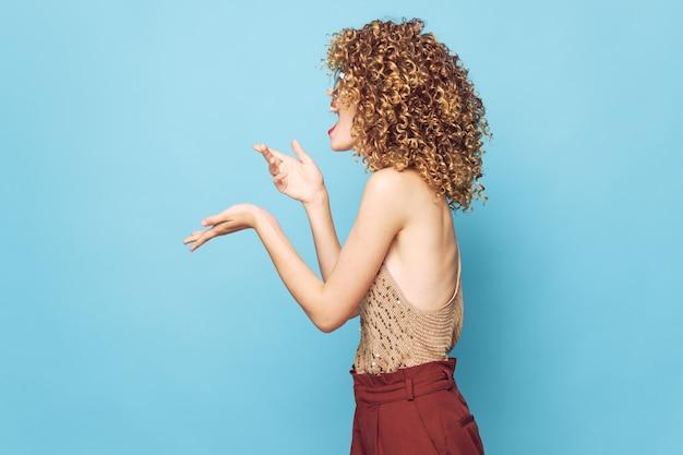 Sexy modell emotionen handgesten lockiges haar seitenansicht charme beschnittene ansicht