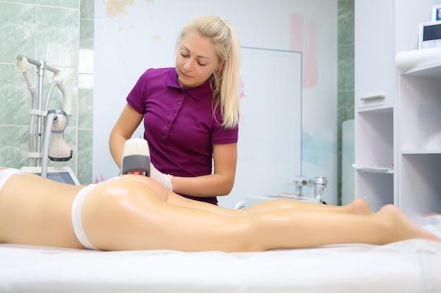Sexy models in unterwäsche liegen vor einem meister, der auch eine po-massage durchführt