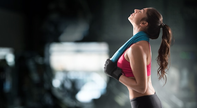 Sexy muskulöse frau nach dem training mit turnhandtuch