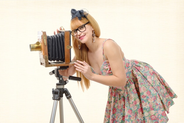 Sexy pin-up-frau mit alter holzfotokamera