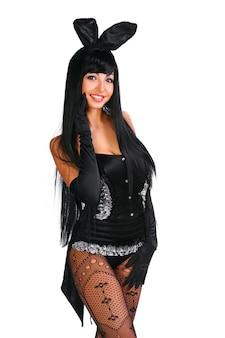 Sexy playgirl im häschenkostüm über weißem hintergrund