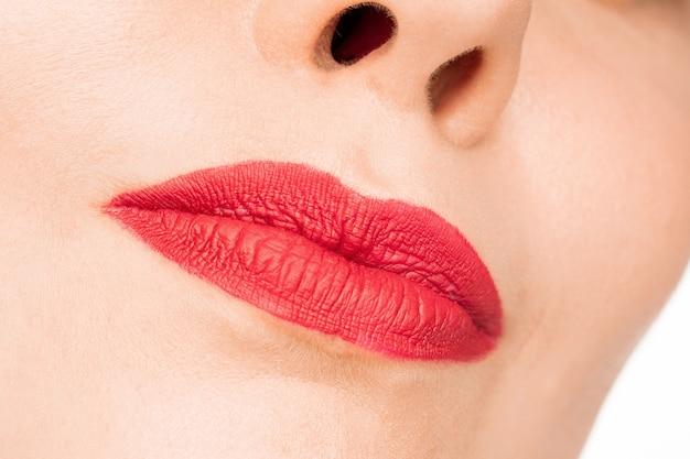 Sexy rote lippe. nahaufnahme schöne lippen. bilden. schönheitsmodell frauengesichtsnahaufnahme