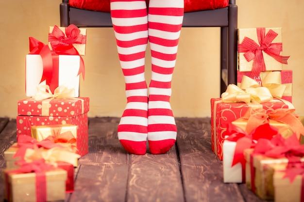 Sexy sankt-frauenbeine und -geschenkboxen. weihnachtsferienkonzept