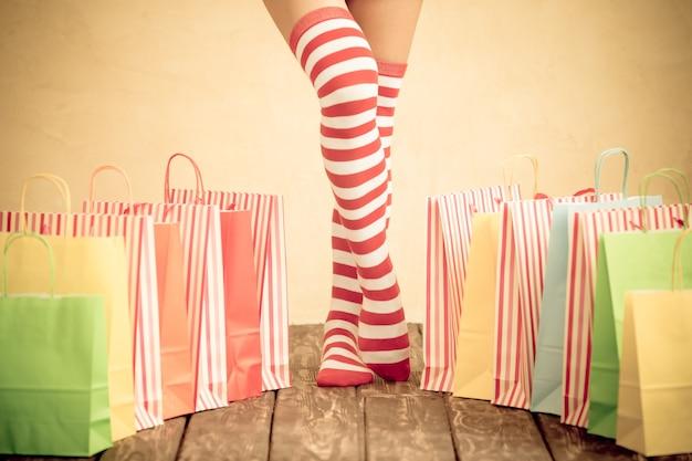 Sexy sankt-frauenbeine. weihnachtseinkaufskonzept