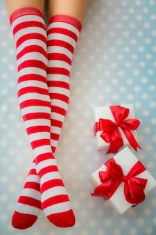 Sexy sankt-frauenbeine. weihnachtsferienkonzept. ansicht von oben