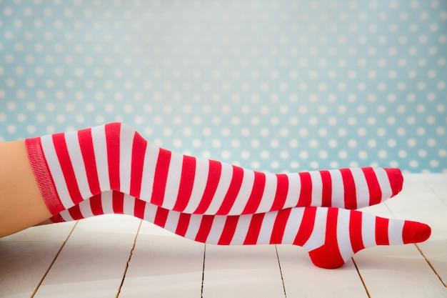 Sexy sankt-frauenbeine. weihnachtsferienkonzept