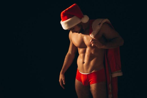 Sexy sankt-mann nackt auf schwarzem hintergrund