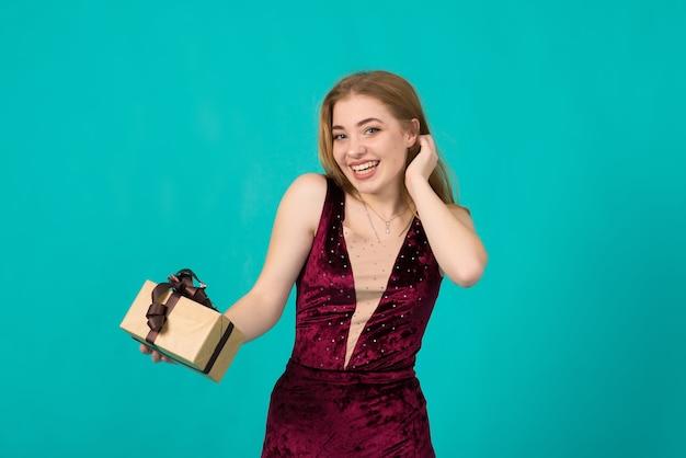 Sexy schneemädchenkostüm auf blauer, kaukasischer dame im kleid, das aufwirft. kopieren sie platz für text.
