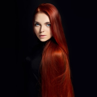Sexy schönes rothaarigemädchen mit dem langen haar