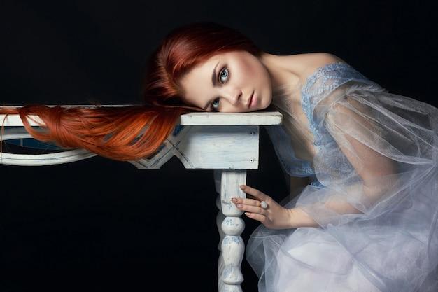 Sexy schönes rothaarigemädchen mit langem haarkleid