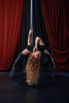 Sexy showgirl auf der bühne, pole dance