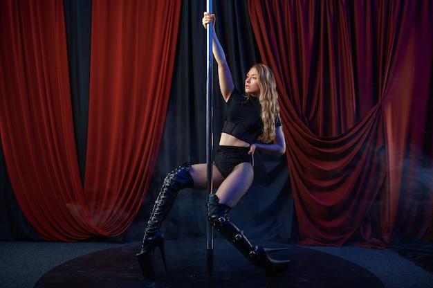 Sexy showgirl in schwarzen dessous, pole dance tänzerin