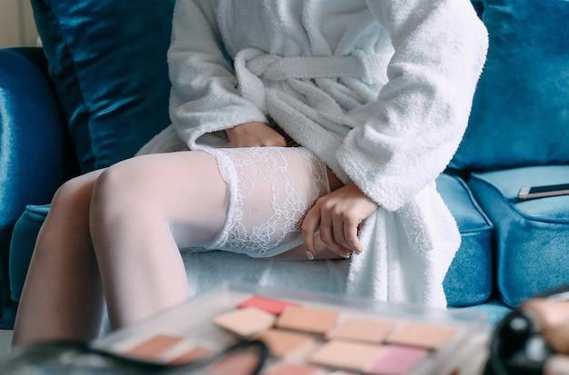 Sexy strümpfe der frau, die softerry-robe ankleiden